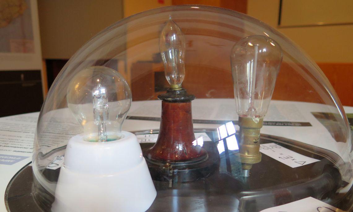Bombetes d'incandescència, d'esquerra a dreta: una d'halògena, una tipus Edison i una de baioneta.