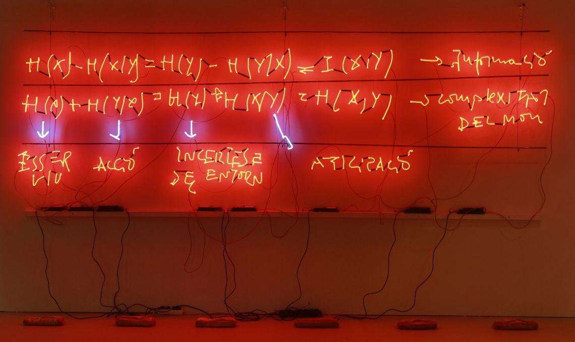 S/T (Meeting Point), Jordi Benito, 2008, instal·lació, neons vermells de paret, 4 m. Foto: Pere Cornellas, 2014