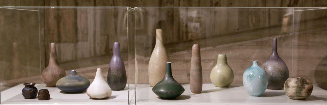 Vases, Antoni Cumella, dates diverses, céramique émaillée. Photo : Pere Cornellas, 2014
