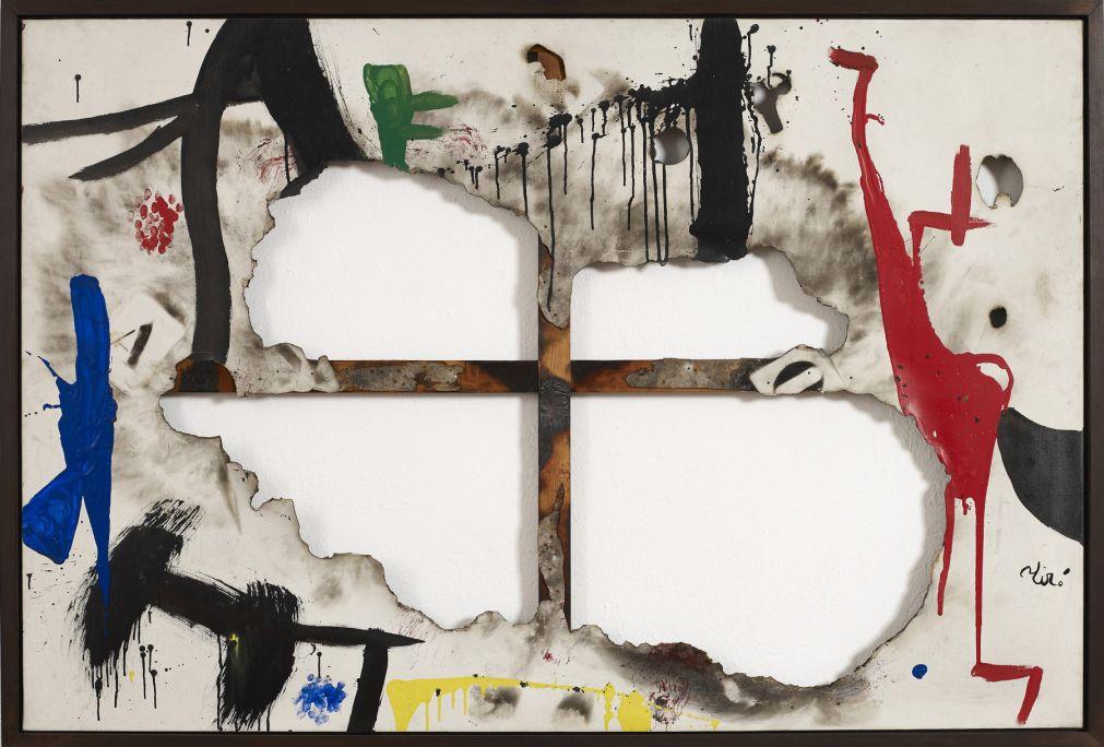 Tela quemada I, Joan Miró, 1973, acrílico sobre tela, posteriormente rasgada y quemada, 130 × 195 cm, Fundación Joan Miró, Barcelona