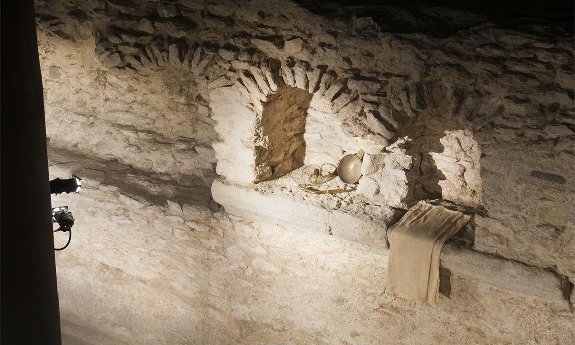 Taquilles adossades a les parets del tepidarium on els usuaris podien deixar els seus estris personals.Museu de Badalona / Lluís Andú ©