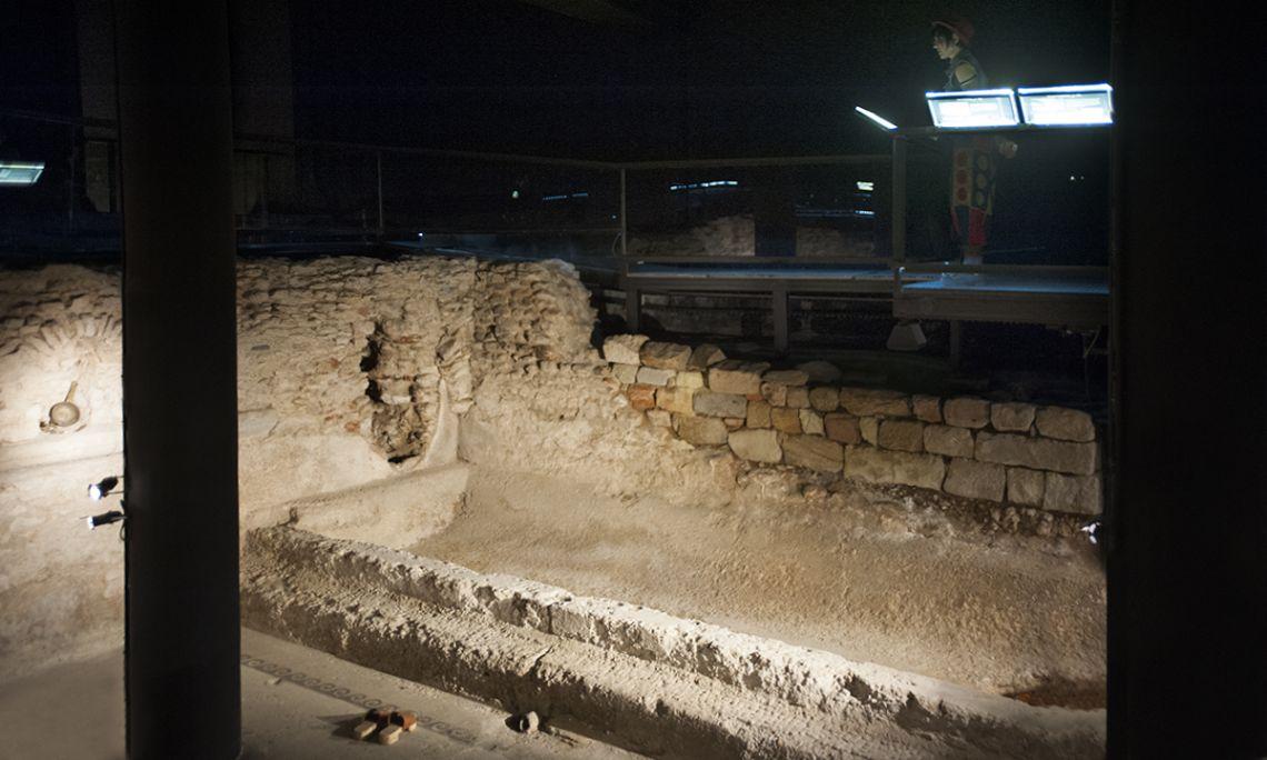 Alveus o piscina d'aigua calenta conservada a la sala del caldarium de les termes de Baetulo. Fotografia de Lluís Andú, Museu de Badalona.