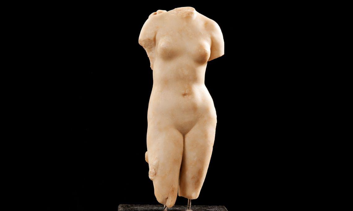 Sculpture en marbre du Ier siècle av. J.-C. qui représente la déesse Vénus. Photo d'Antonio Guillén, Museé de Badalona.