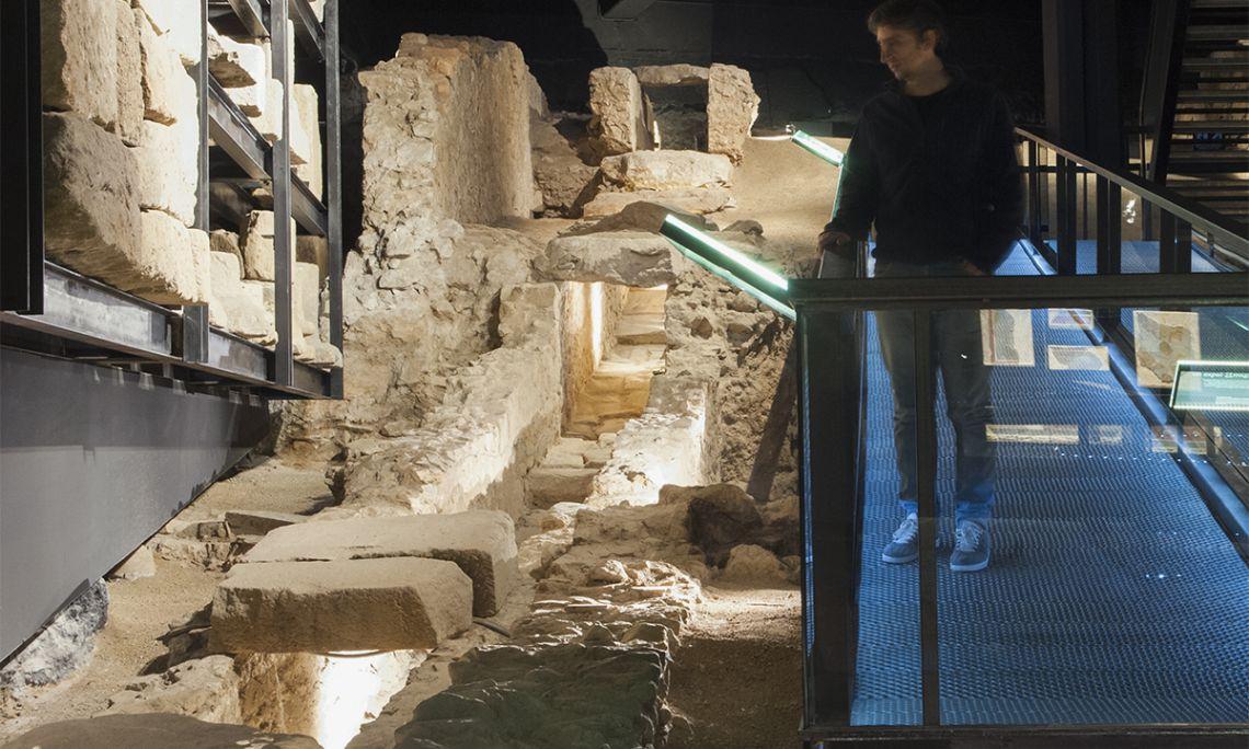 Restes de la principal claveguera de l'antiga ciutat de Baetulo, situada sota el cardo maximus. Fotografia de Lluís Andú, Museu de Badalona.
