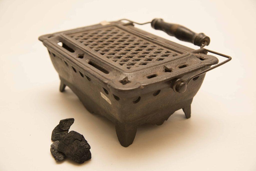 Brasero d'époque contemporaine fabriqué, comme la grande majorité, en métal. C'était un objet indispensable dans les maisons.