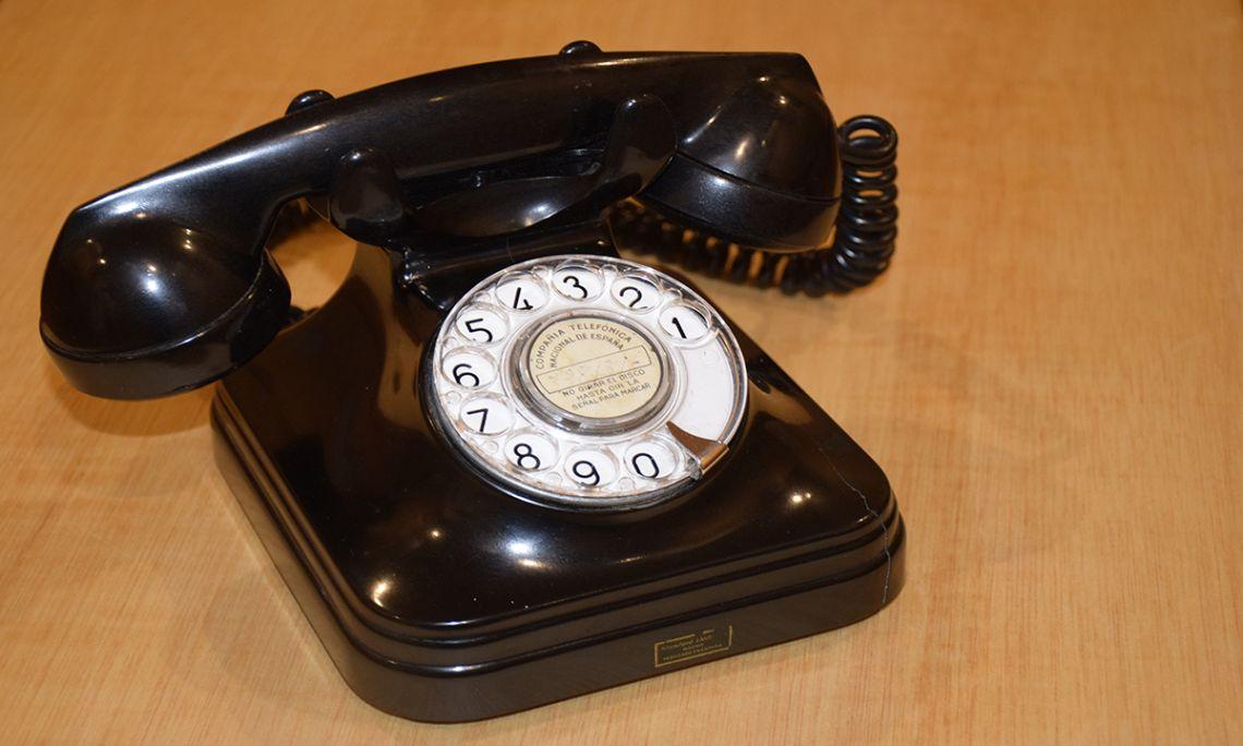 Telèfon analògic de disc que va estar en funcionament a la Casa Espanya fins a finals del segle XX