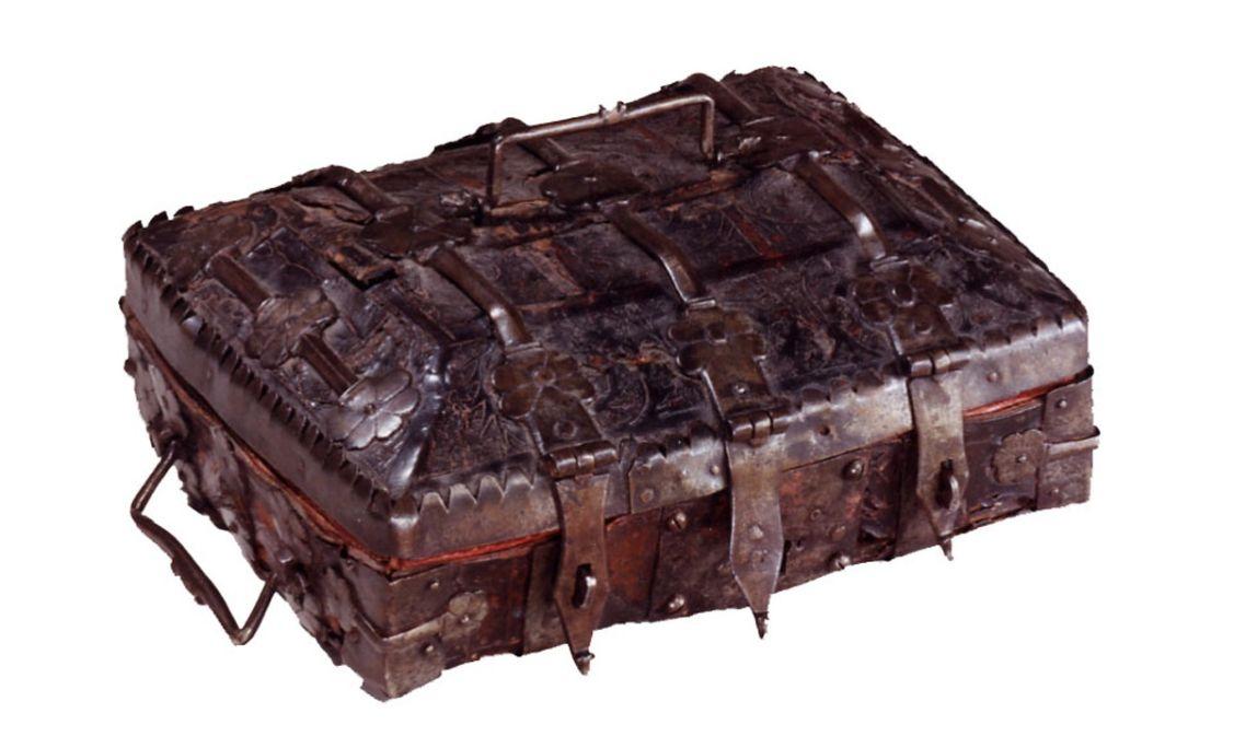 Arqueta on molt probablement es guardaven llibres d'hores, segle XV, cordovà gravat i policromat i ferro, 10 × 25 × 22 cm, Catalunya