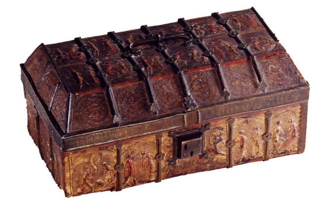 Coffret décoré de scènes galantes, XIVe-XVe siècles. Bois recouvert de guadamacile et de métal, 16 × 35,5 × 20,5 cm, Catalogne ou France