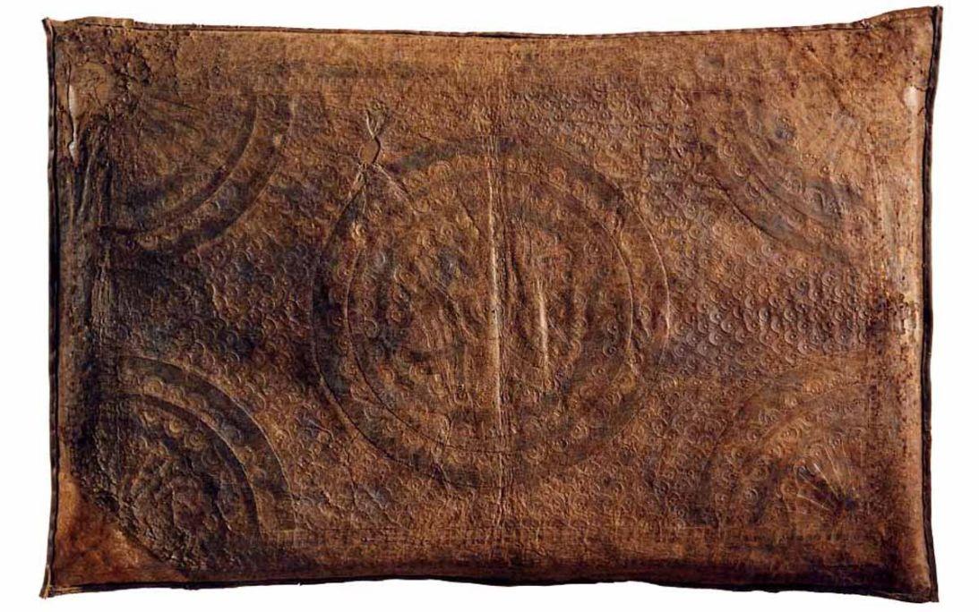 Coussin en guadamacile, XVIe siècle, cuir doré, gravé au fer et polychrome (au verso, cuir gaufré), 51 × 59 cm, Espagne