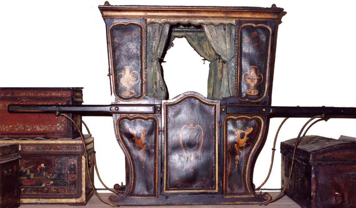 Cadira de mà, segles XVII-XVIII, fusta, cuir policromat, metall i seda, 148 × 138 × 80 cm, Itàlia