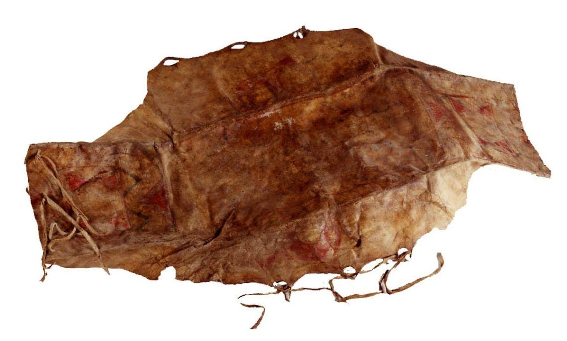 Parfleche, siglos XVIII-XIX, piel cruda y policromada, 23 × 85 × 35 cm, Canadá