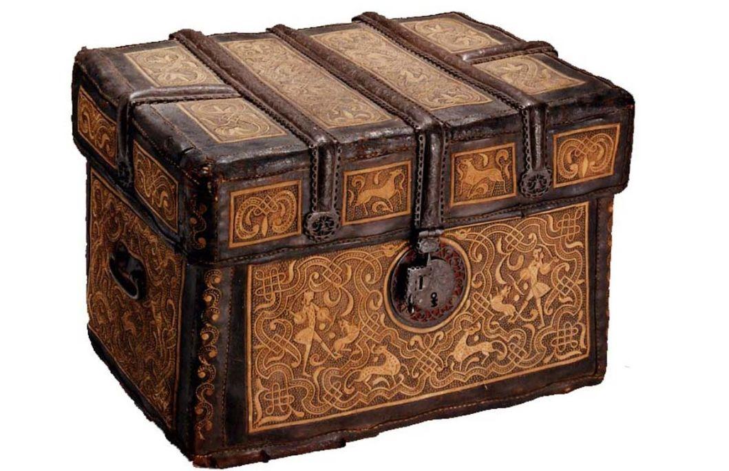 Petaca o cistella de viatge d'origen mexicà, segle XVIII, fusta, cuir brodat amb fil d'atzavara, ferro forjat i calat i canyes, 50 × 72 × 47 cm, Mèxic