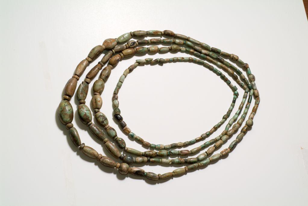 Collier de variscite provenant d'un trousseau funéraire du Néolithique