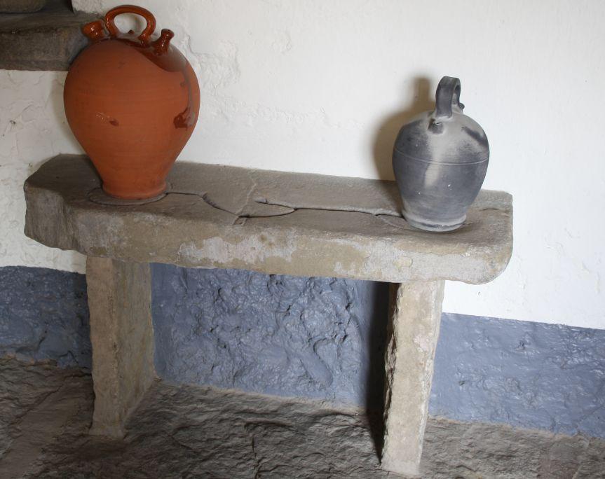 Banc de càntirs, esculpit en pedra, 58×32×100 cm.