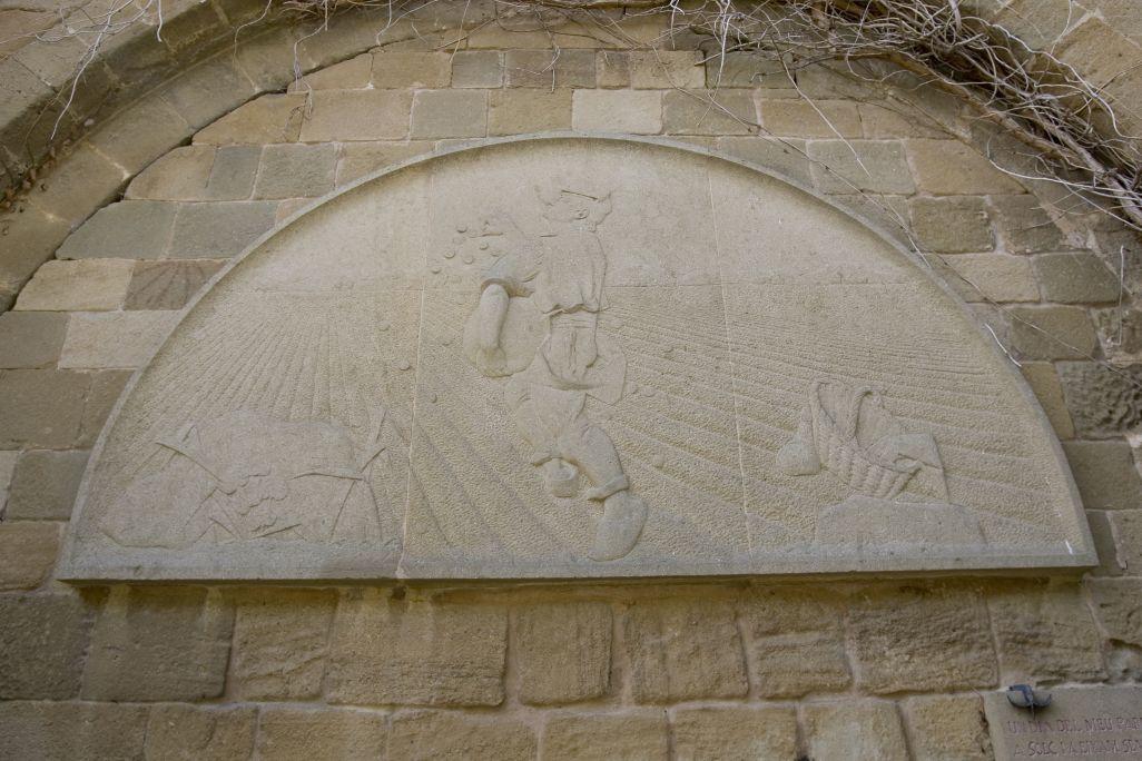 El sembrador, Manolo Hugué, 1945, baix relleu esculpit en pedra.