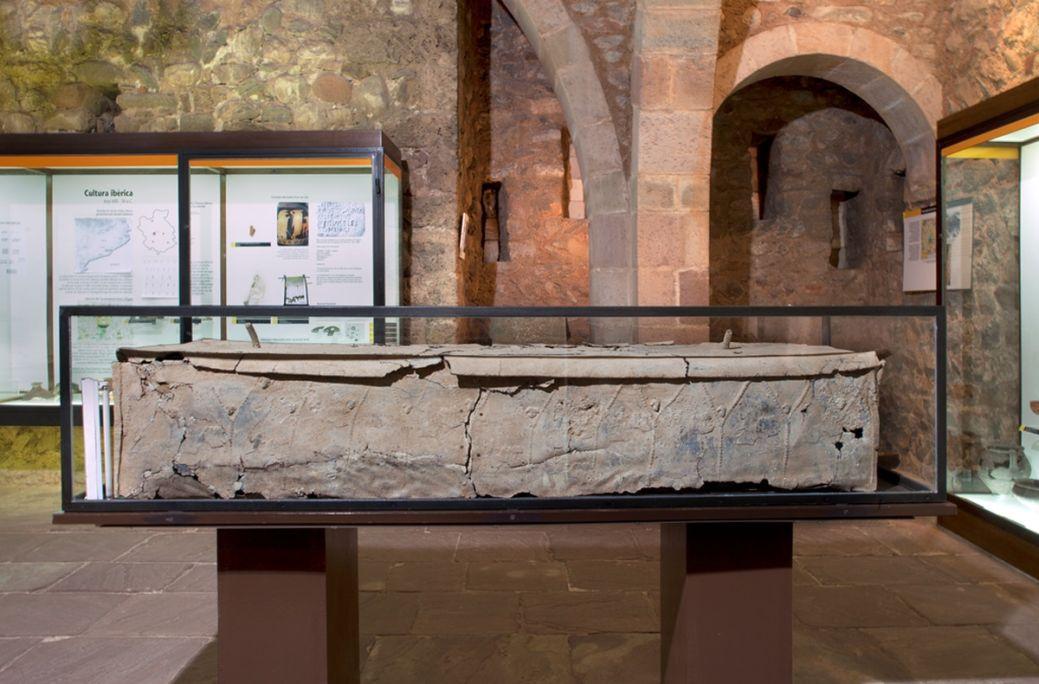 Sarcòfag de plom, segles II-IV, aliatge de plom amb antimoni, 39 × 197 × 50 cm, Ca n'Anglada. MdT 14 Foto: Teresa Llordés