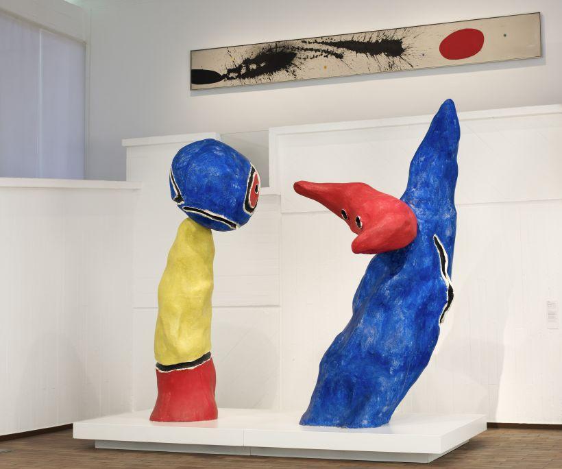 Parella d'enamorats dels jocs de flors d'ametller, Joan Miró, 1975, resina sintètica pintada, 273 × 127 × 140 cm / 300 × 160 × 140 cm, Fundació Joan Miró, Barcelona