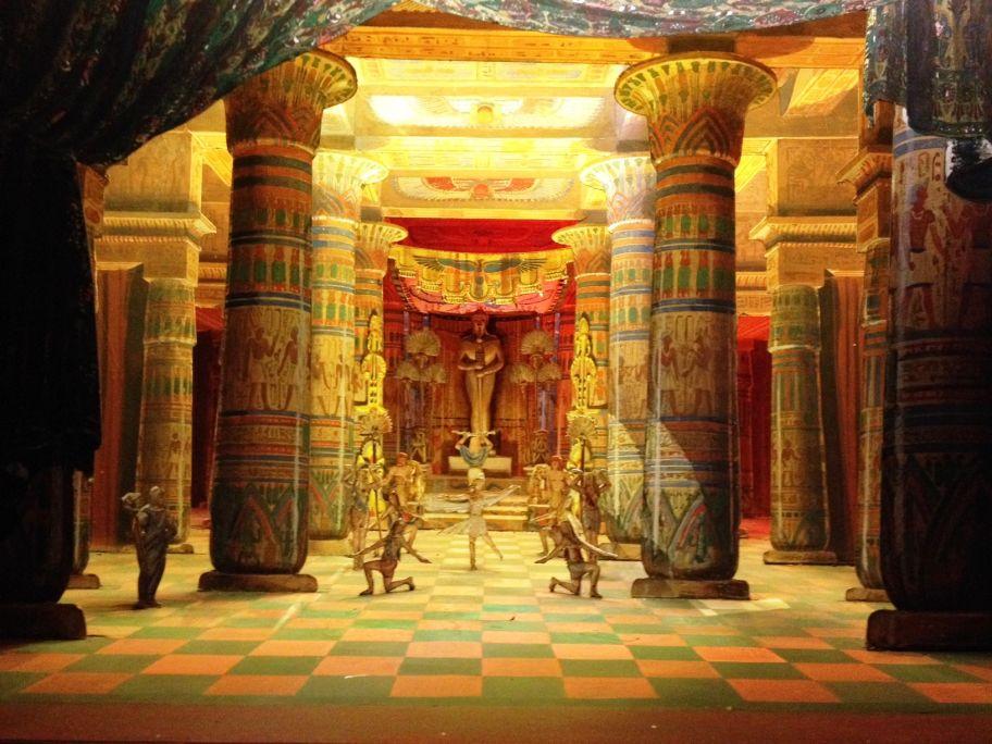 Teatrí d'Aïda (G. Verdi). Acte primer, quadre segon: Temple del déu Ptah, 1945