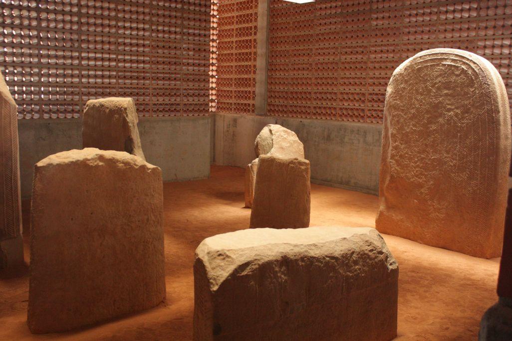 Detall dorsal d'una de les esteles que formaven l'estàtua-menhir, anterior al tercer mil·lenni aC.