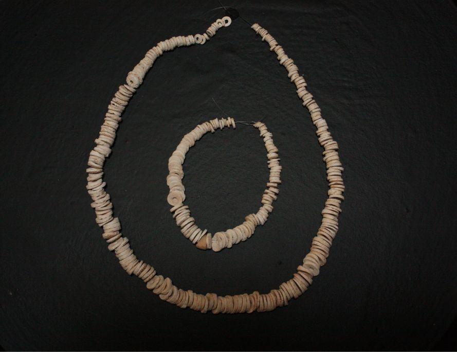 Reconstrucción hipotética de un collar de cuentas que llevaba uno de los muertos, 2879-2589 a.C.