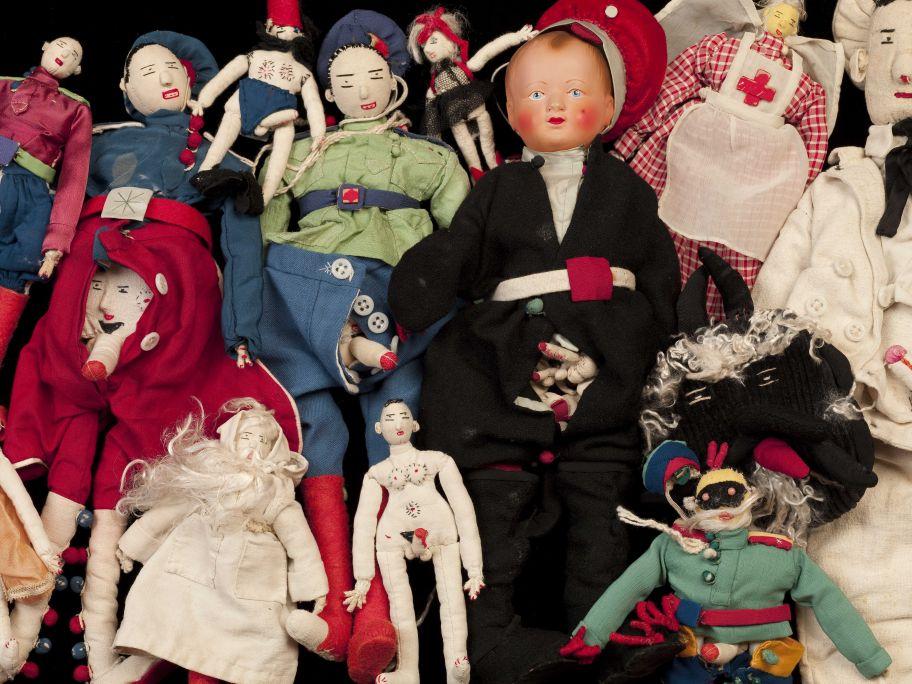 Diferentes muñecos de tejido cosidos por la señora Zka en 1954 en Francia. Foto: © Jordi Puig