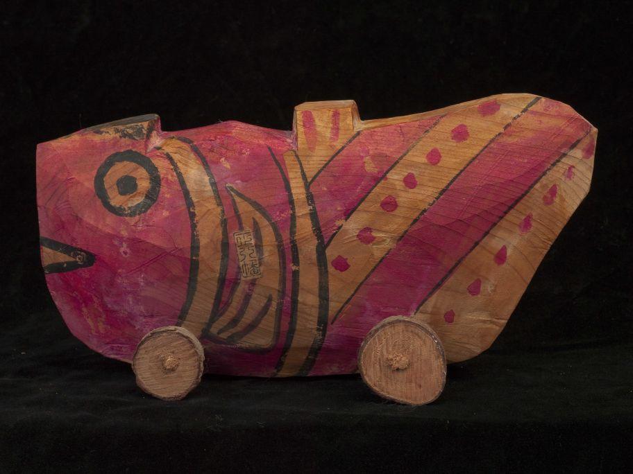 Joguet en forma de peix amb rodes fet de fusta pintada. Fet al Japó cap al 1970. Foto: © Jordi Puig