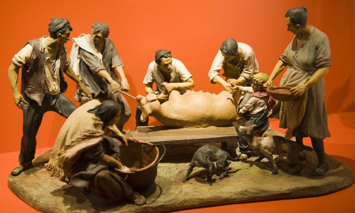 La matança del porc, Josep Traité, 1987, escultura de terracota, 61 × 38 × 30,5 cm.