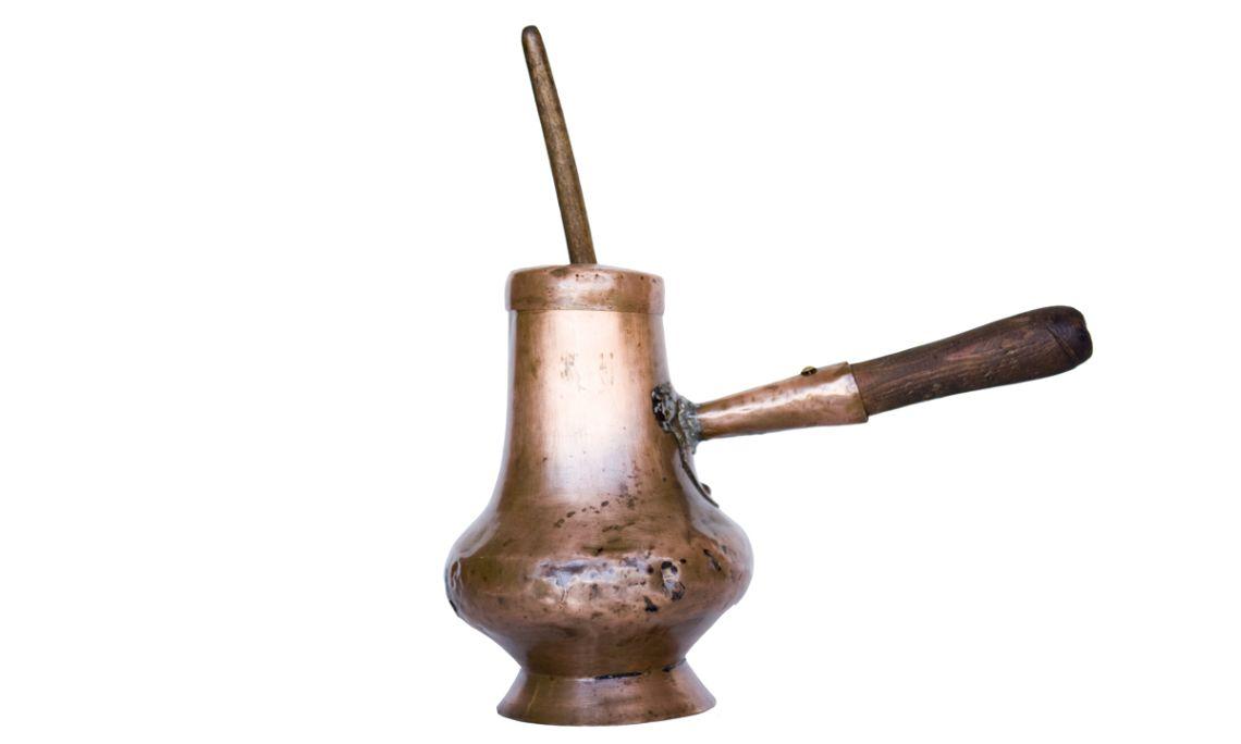 Xocolatera d'aram situada sobre la llar de foc de la cuina