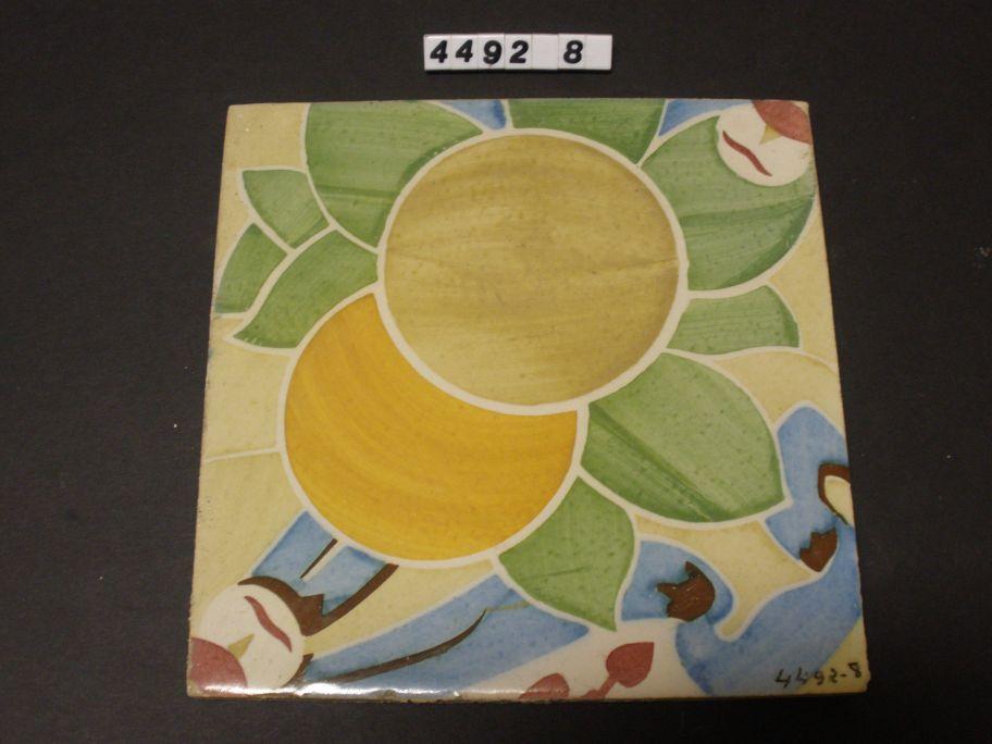 Peça que forma part d'un conjunt ceràmic modernista constituït per set rajoles