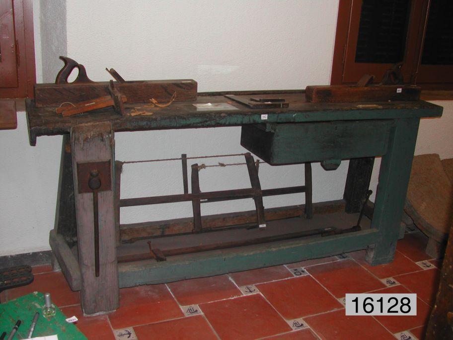 El museu posseeix peces originals d'oficis artesans, com aquest banc de fuster