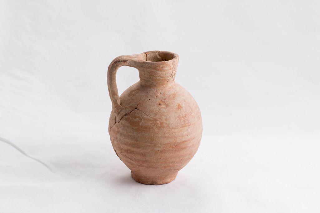 Gerreta monoansada de ceràmica procedent de la necròpolis romana del carrer de Colom de Montmeló