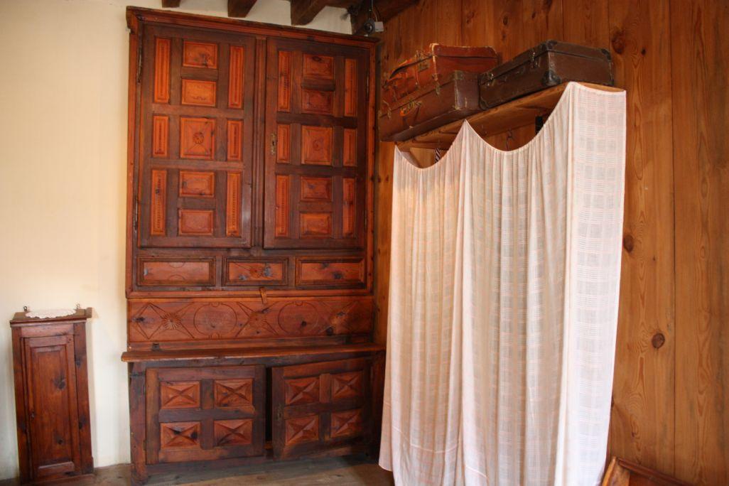 Armoire du XVIIIe siècle en pin et noyer. Cette limanda faisait aussi office de secrétaire
