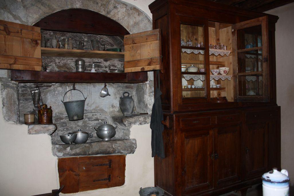 Au-dessus de l'évier se trouve le vaisselier, une petite armoire où l'on rangeait la vaisselle