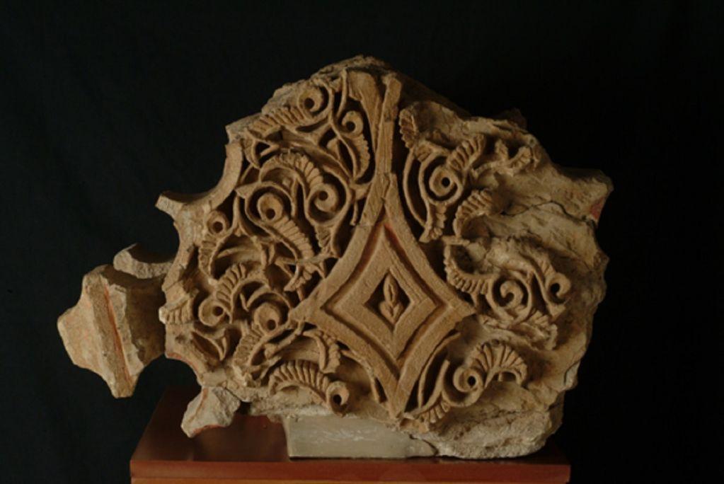 Fragments d'arcs polilobulats procedents del palau andalusí, castell Formós, segle XI.