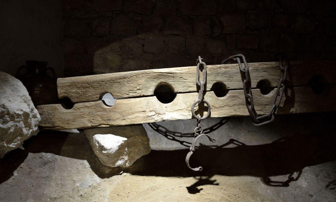 Cep o jou. Fusta i ferro, segle XIV (?), procedent del castell de Foixà (Fons d'Art de la Diputació de Girona)