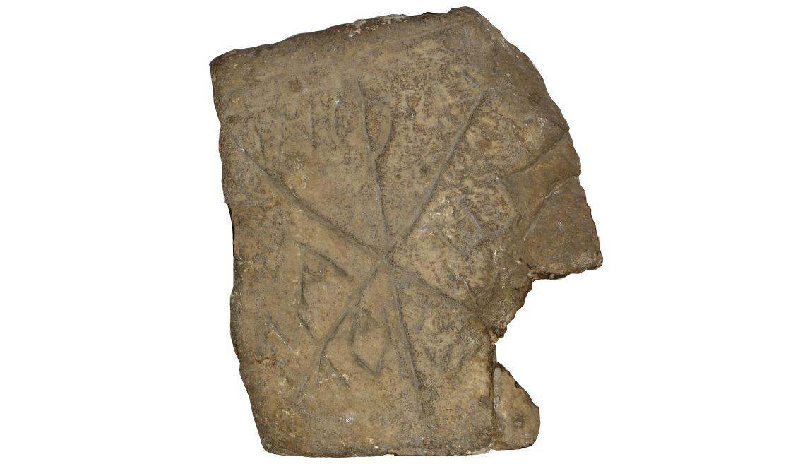 Fragment de làpida paleocristiana, segleIV aC. Marbre blanc, 36×31×7cm, Empúries (Alt Empordà). Museu d'Art de Girona - Fons Bisbat de Girona.
