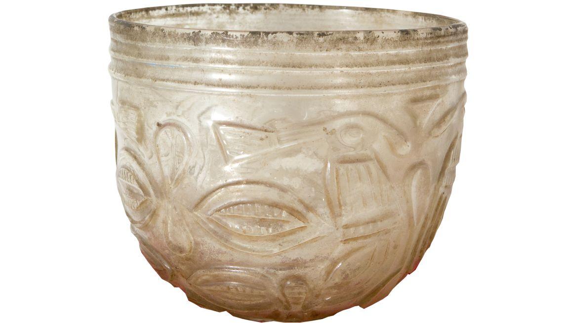 Bol de Besalú, segle X. Vidre bufat i tallat, 11,2 x 13,1 Ø cm. Església de Sant Vicenç de Besalú. Museu d'Art de Girona - Fons Bisbat de Girona.