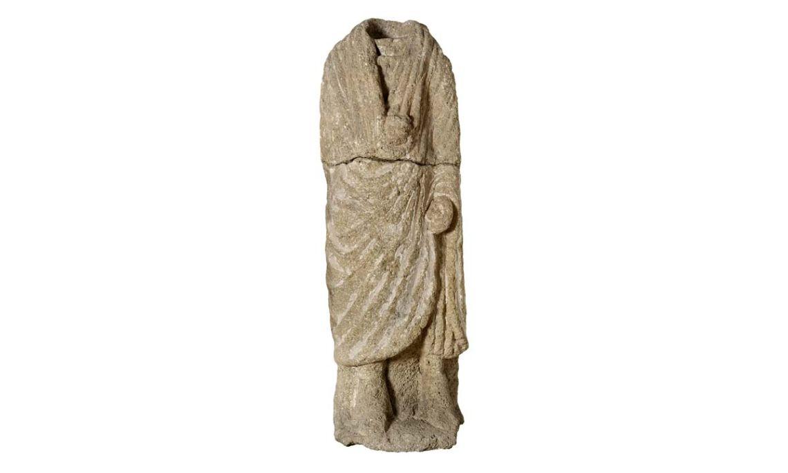 Escultura amb representació d'un togat, segle I aC, pedra del Mèdol/soldó, 154 × 52 × 44cm.