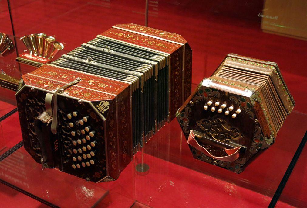 El bandoneón y la concertina son aerófonos de lengüeta libre con teclado. CC-BY- SA-3.0 By Enfo
