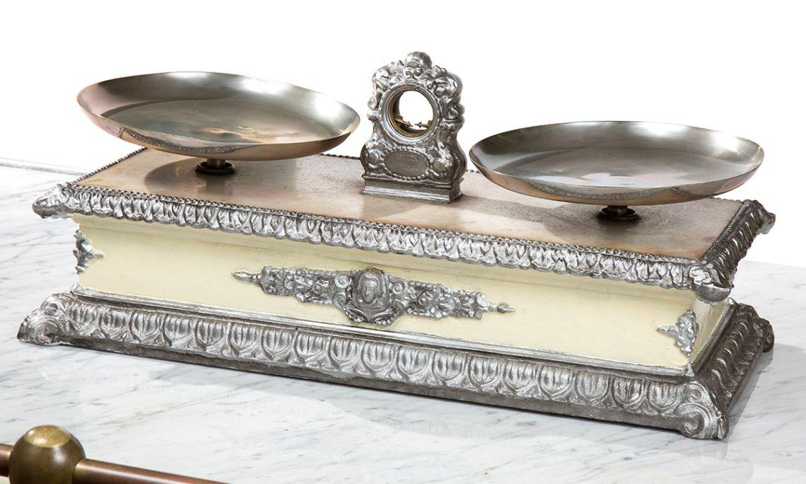 Balance en marbre du début du XXe siècle utilisée par la pharmacie Barri