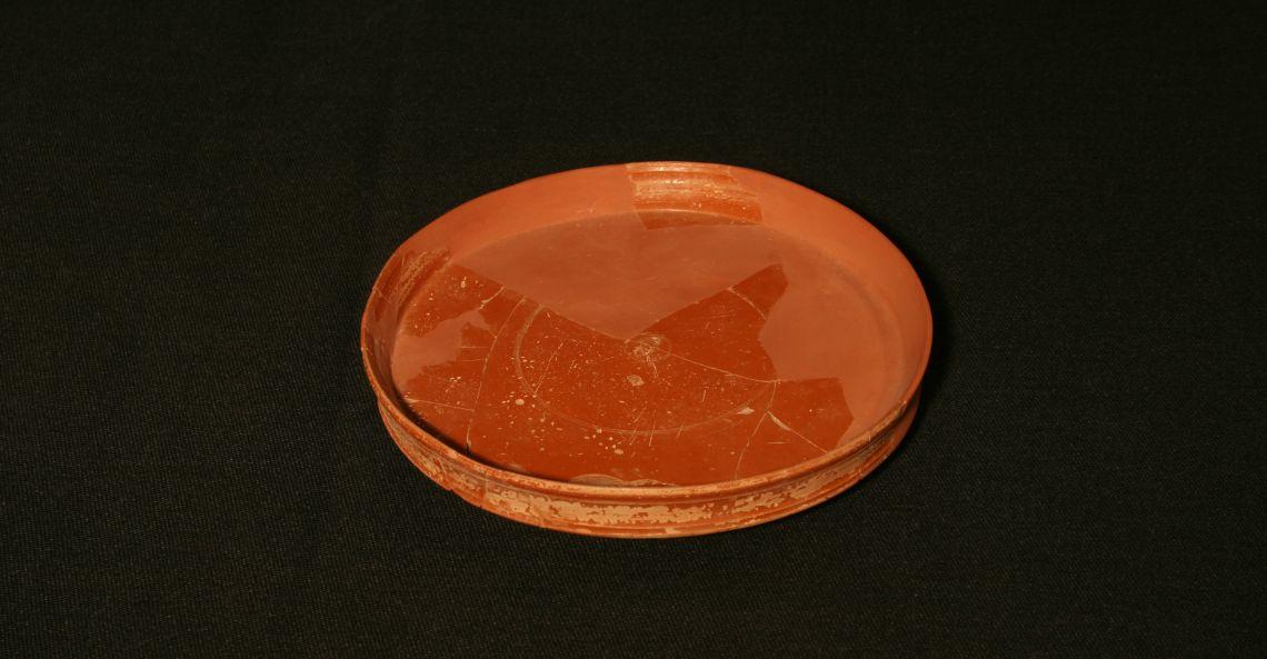 Assiette de vaisselle fine d'importation italique provenant des ateliers de Pise (Italie).