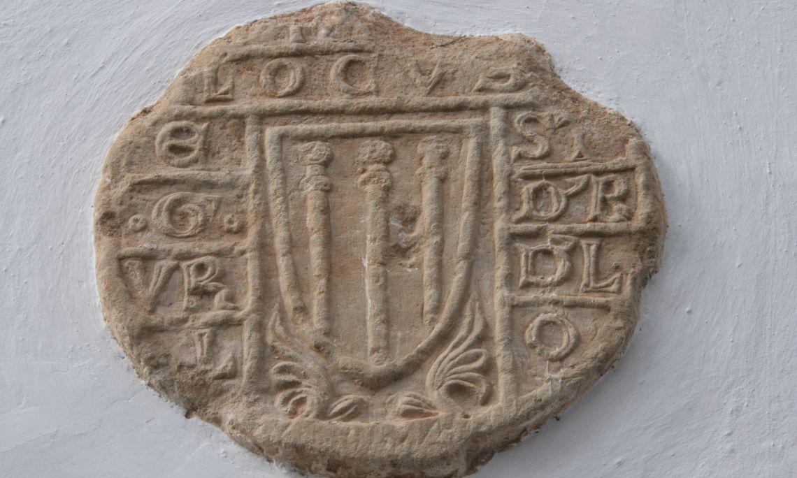 Estela funeraria discoidal, siglo xiv, Jaca, piedra calcárea tallada y cincelada en bajorrelieve.