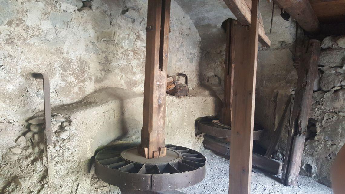 L'arbre était fermement fixé au rouet grâce à différentes potences.