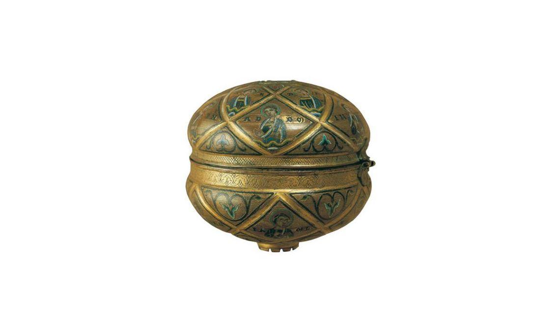 Copón de la Cerdanya, Limoges, siglo XII.Cobre embutido, repujado, ciselado y dorado, con aplicación de esmalte «champlevé», 13,1 x 15,2 x 14 cm.