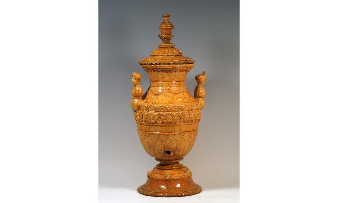 Jarra de aguamanil, siglosXVIII-XIX, 95×17,5cm, Cataluña. Depósito Museo de Cerámica de Barcelona