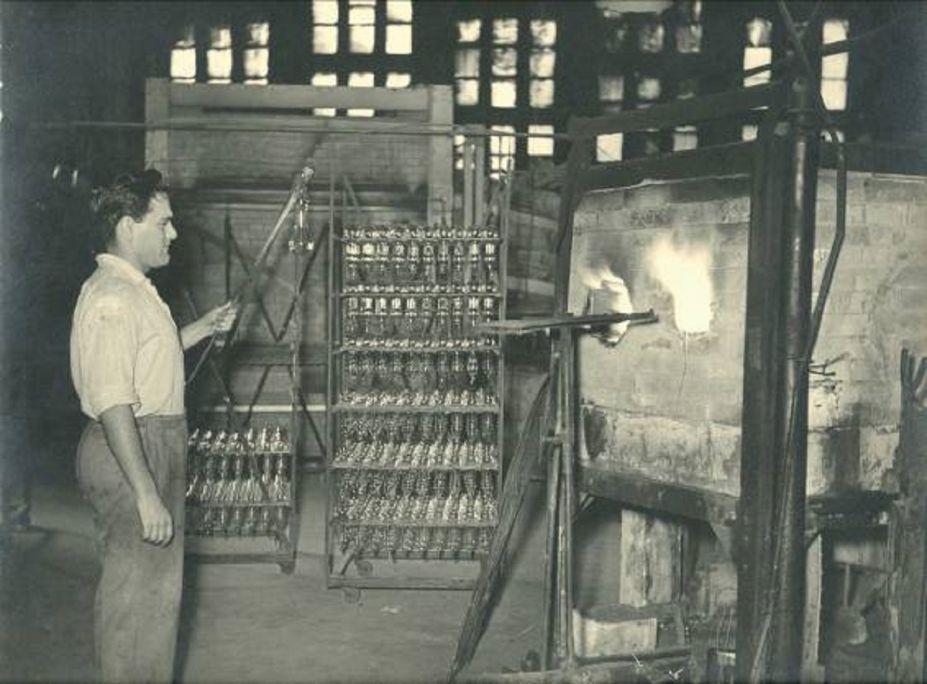Eliseu Masafrets, vidrier de bombetes del Forn del vidre, 1947 Foto: Santi Carreras i Sajaloli Arxiu Municipal de Mataró / Fons Carreras