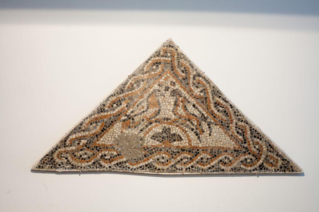 Mosaico policromado con símbolo cristiano procedente de la villa romana del Faro (Torrox), datado entre los siglos iv y v.