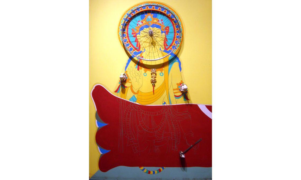 La roue de la connaissance, Bernard Rancillac, 1985, acrílico, contrachapado, rueda de bicicleta y objetos