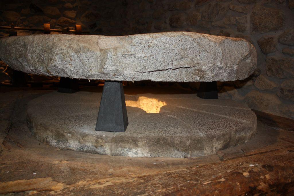Les rainures ou petits canaux sculptés dans les meules permettaient de mieux moudre la farine