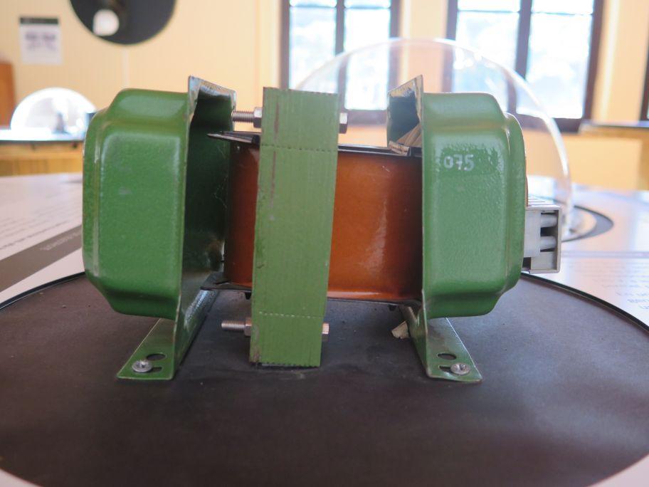 Transformador domèstic obert que permet veure el bobinat.